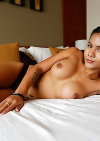 20 year old Thai ladyboy Mickey blows load together with white guy