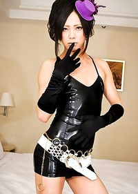 Twenty year old Reona works as an escort under an agency in the capital.